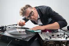 DJ στο σμόκιν που καθαρίζει την περιστροφική πλάκα του Στοκ Εικόνες