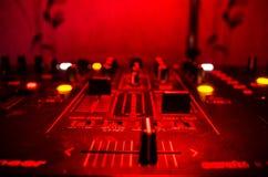 DJ закручивая, смешивая, и царапая в ночном клубе, руках управлений следа фишки dj различных на палубе dj, светах строба и тумане Стоковое Изображение RF
