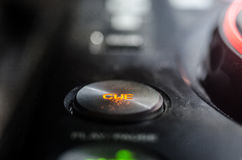 DJ закручивая, смешивая, и царапая в ночном клубе, руках управлений следа фишки dj различных на палубе dj, светах строба и тумане Стоковое фото RF