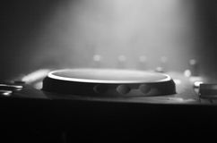 DJ закручивая, смешивая, и царапая в ночном клубе, руках управлений следа фишки dj различных на палубе dj, светах строба и тумане Стоковое Фото