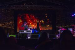 DJ играет музыку на торжествах Eve Новых Годов на Avenida рожденном стоковая фотография