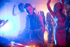 Dj играя музыку в ночном клубе Стоковое Фото