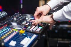 DJ играя музыку на смесителе Стоковые Фотографии RF