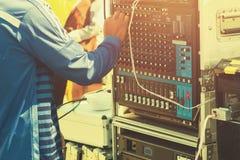 dj играя музыку регулирует тональнозвуковой смеситель стоковые фотографии rf
