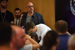Dj Мартин Garrix подписывает автографы для вентиляторов на пресс-конференции стоковое изображение rf