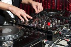 DJ на ночном клубе party Стоковые Фотографии RF