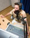 dj передает по радио стоковое фото