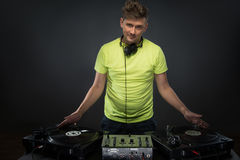 DJ представляя с turntable Стоковое фото RF