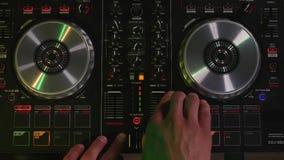 DJ работает на взгляд сверху оборудования Стоковая Фотография RF
