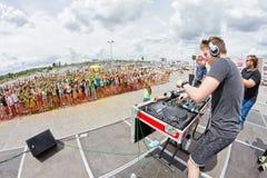 DJ трясет толпу молодые люди на фестивале цветов Стоковое фото RF