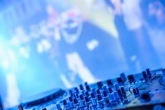 DJ утешает в темноте против запачканного экрана Стоковые Фотографии RF