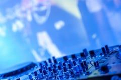 DJ утешает в темноте против запачканного экрана Стоковые Фото
