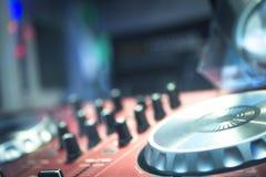 DJ утешает смешивая ночной клуб партии музыки дома Ibiza стола Стоковые Фото