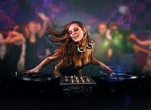 όμορφο κορίτσι του DJ Στοκ φωτογραφία με δικαίωμα ελεύθερης χρήσης