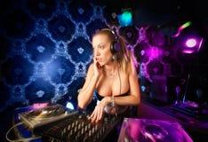 演奏性感的年轻人的白肤金发的dj夫人 免版税库存照片
