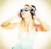 年轻女性DJ听的音乐 免版税图库摄影