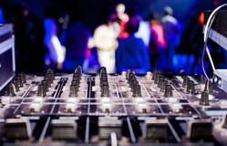 DJ搅拌器箱子和党人群 免版税库存照片