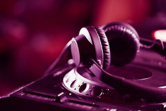 Наушники DJ на аудиоплейере КОМПАКТНОГО ДИСКА Стоковые Изображения RF