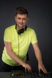 DJ aan het werk dat op donkere grijze achtergrond wordt geïsoleerd Royalty-vrije Stock Foto