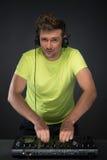 DJ aan het werk dat op donkere grijze achtergrond wordt geïsoleerd Stock Foto's