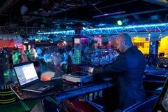 DJ achter het controlebord Stock Afbeeldingen
