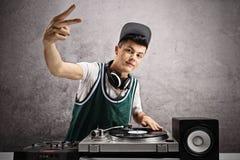 DJ adolescente que hace un paso firma Imágenes de archivo libres de regalías