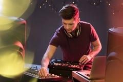 DJ apasionado en la placa giratoria Foto de archivo libre de regalías