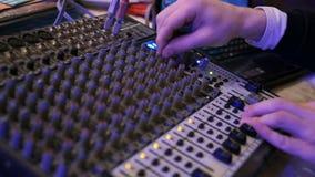 DJ arbeitet an dem Mischer an einem Nachtklub stock footage