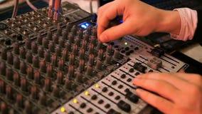 DJ arbeitet an dem Mischer an einem stilvollen Verein stock video footage