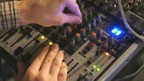 DJ arbeitet an der Mischerkonsole Hand, die Audiomischer justiert stock footage