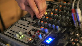 DJ arbeitet an der Mischerkonsole Hand, die Audiomischer justiert stock video