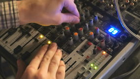 DJ arbeitet an der Mischerkonsole im Nachtclub stock video