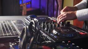 DJ atrás do console, na fase, em trilhas de mistura no efeito estroboscópico atmosférico do dance party e em luzes de piscamento  filme