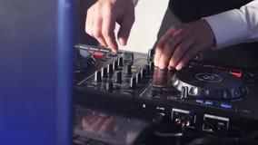 DJ atr?s do console, na fase, em trilhas de mistura no efeito estrobosc?pico atmosf?rico do dance party e em luzes de piscamento  filme