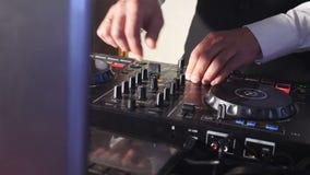 DJ atr?s do console, na fase, em trilhas de mistura no efeito estrobosc?pico atmosf?rico do dance party e em luzes de piscamento  video estoque