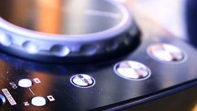 DJ-Audioproduktionskonsole im Tonaufnahmestudio stock video