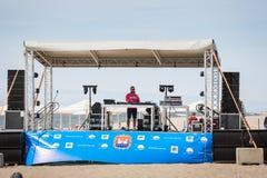 DJ auf Sommer inszenieren lizenzfreies stockbild