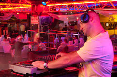 DJ bak kontrollbordet Royaltyfri Bild