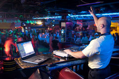 DJ bak kontrollbordet Royaltyfria Bilder