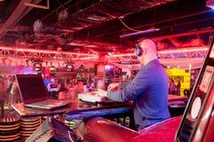 DJ bak kontrollbordet Fotografering för Bildbyråer