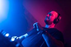 DJ bawić się domu i techno muzykę w noc klubie Mieszający muzykę i kontrolujący zdjęcie royalty free