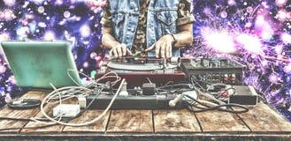 DJ, bawić się, klub nocny, muzyka, melanżer, świąteczni fajerwerki, intymny przyjęcie, salut, kolorowi światła, bokeh, plama zbli Obrazy Stock