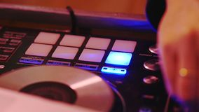 Dj bawić się muzykę w noc klubie i miesza zbiory wideo