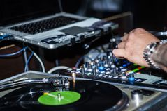 DJ begint de muziek Stock Foto's
