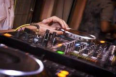 DJ begint de muziek! Royalty-vrije Stock Fotografie