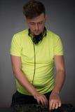 DJ bei der Arbeit lokalisiert auf dunkelgrauem Hintergrund Stockfotos