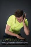 DJ bei der Arbeit lokalisiert auf dunkelgrauem Hintergrund Lizenzfreie Stockfotos