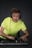 DJ bei der Arbeit lokalisiert auf dunkelgrauem Hintergrund Lizenzfreies Stockbild
