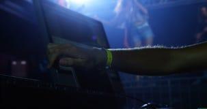 DJ bemannen unter Verwendung der Tonmeisterkonsole an einem Konzert 4k stock video footage