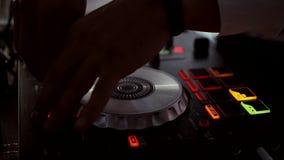 DJ bij de console hd stock videobeelden